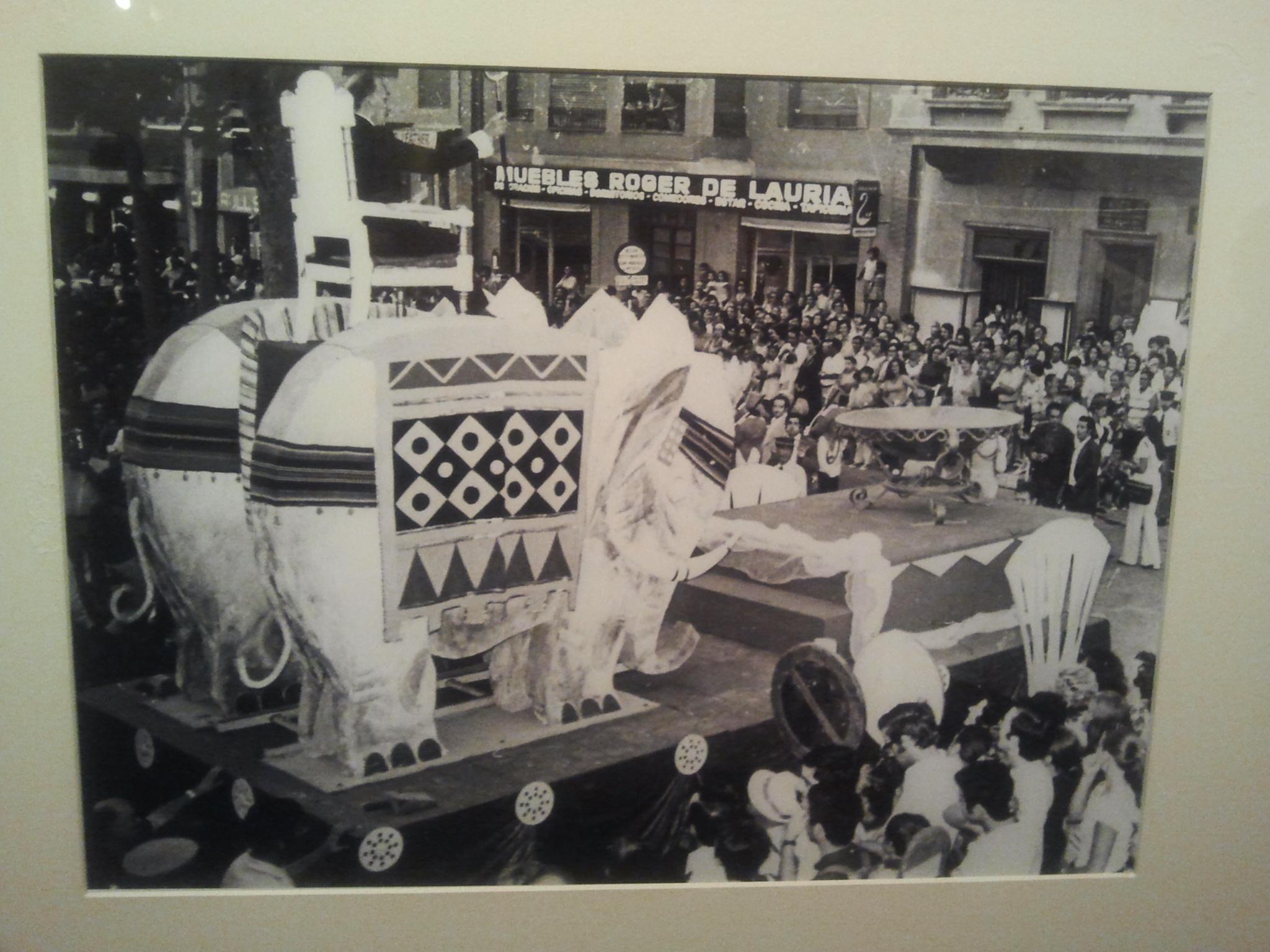 Salvador Dalí va recórrer els carrers del centre de Tarragona des de dalt d'una carrossa amb forma d'elefant