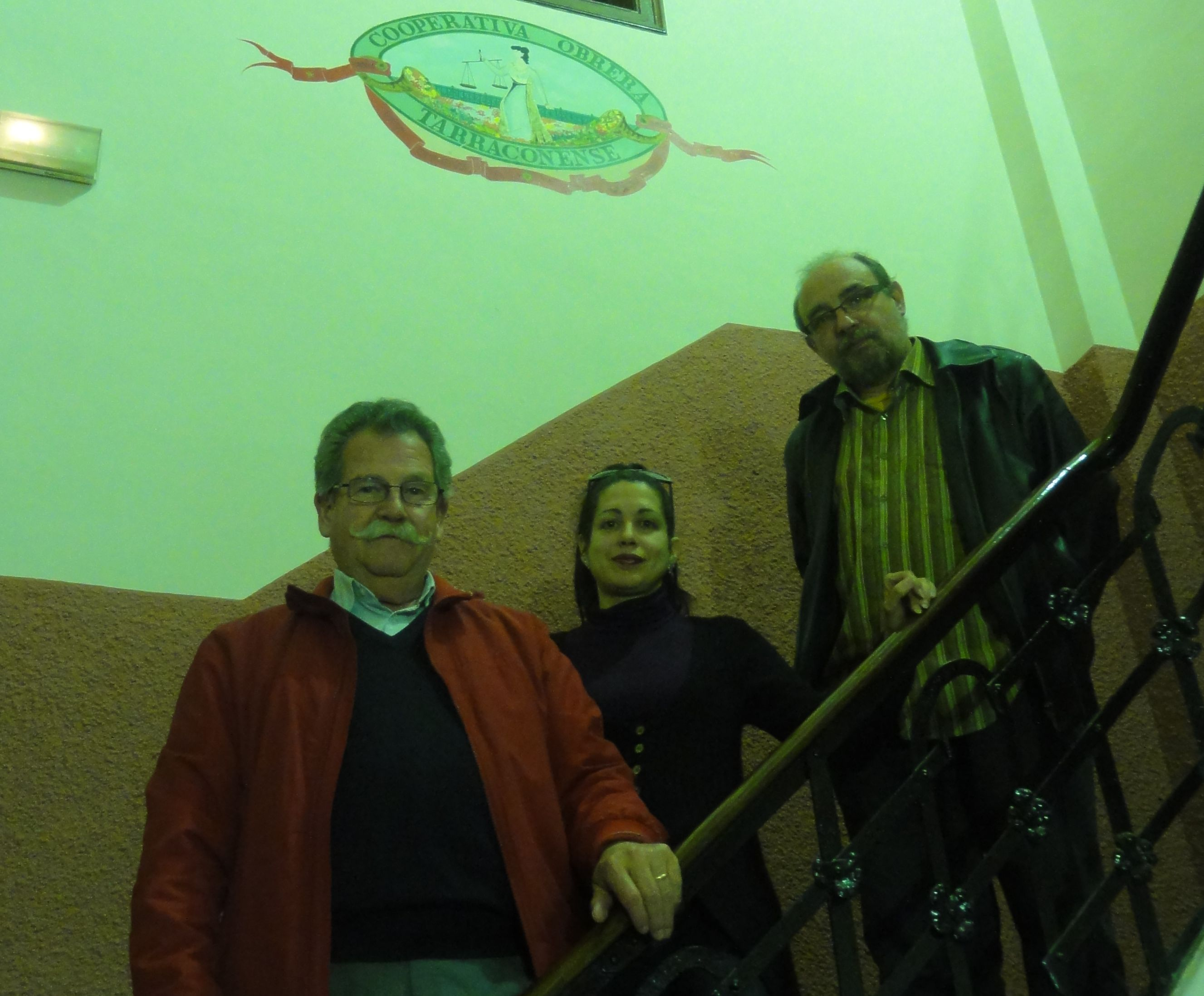 D'esquerra a dreta, Dionisio de la Varga, Alícia Gonzàlez i Xavier Plana a les instal·lacions de la Cooperativa Obrera