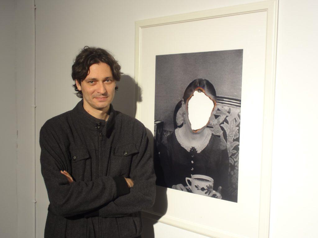 Àlex Ayxendri, al costat d'un fotograma retocat de 'Vampyr, la bruja vampiro'
