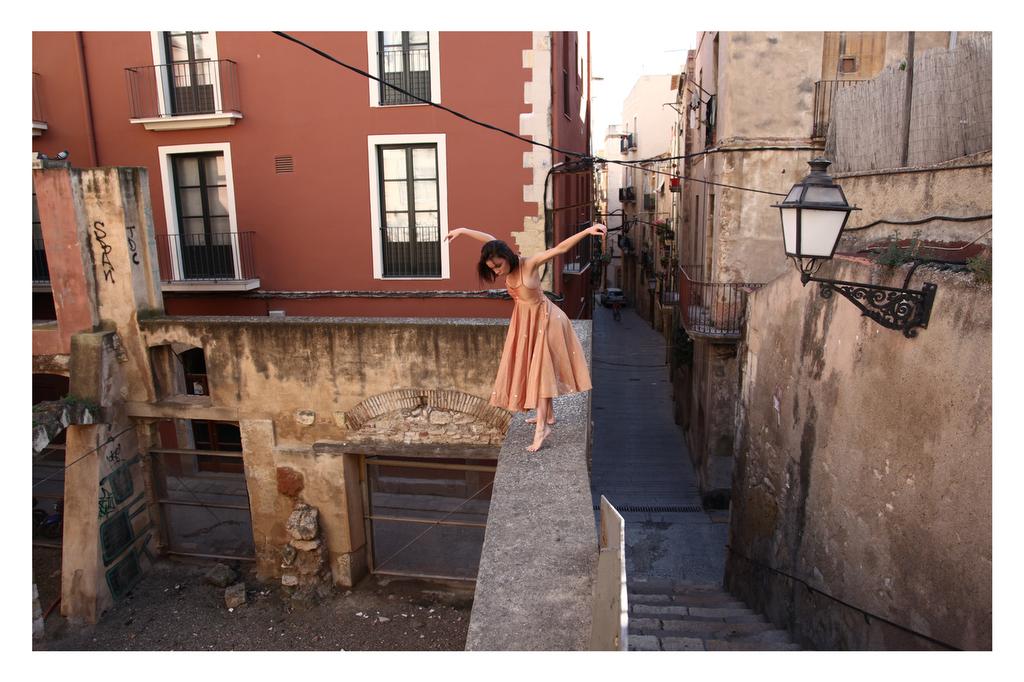 Imatge preparatòria del projecte Crossing Limits, d'Andrea Eidenhammer, amb la ballarina Emma Garau ballant pels carrers de la Part Alta