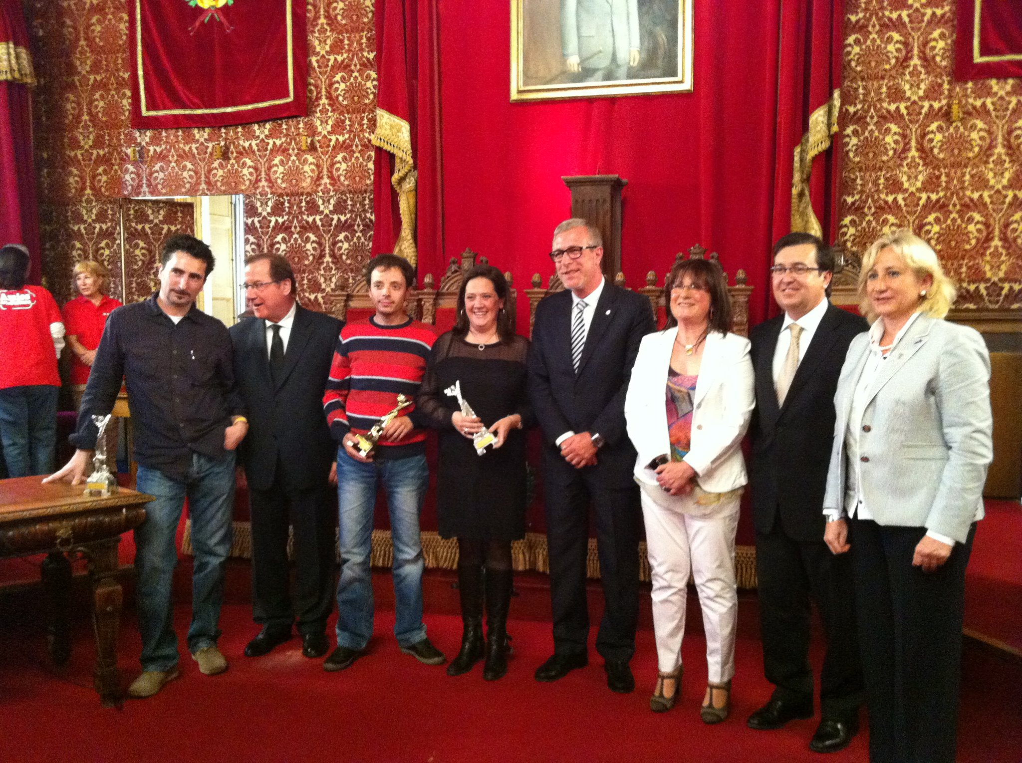 Fotografia de família dels guardonats amb Premis Literaris Ciutat de Tarragona i els organitzadors