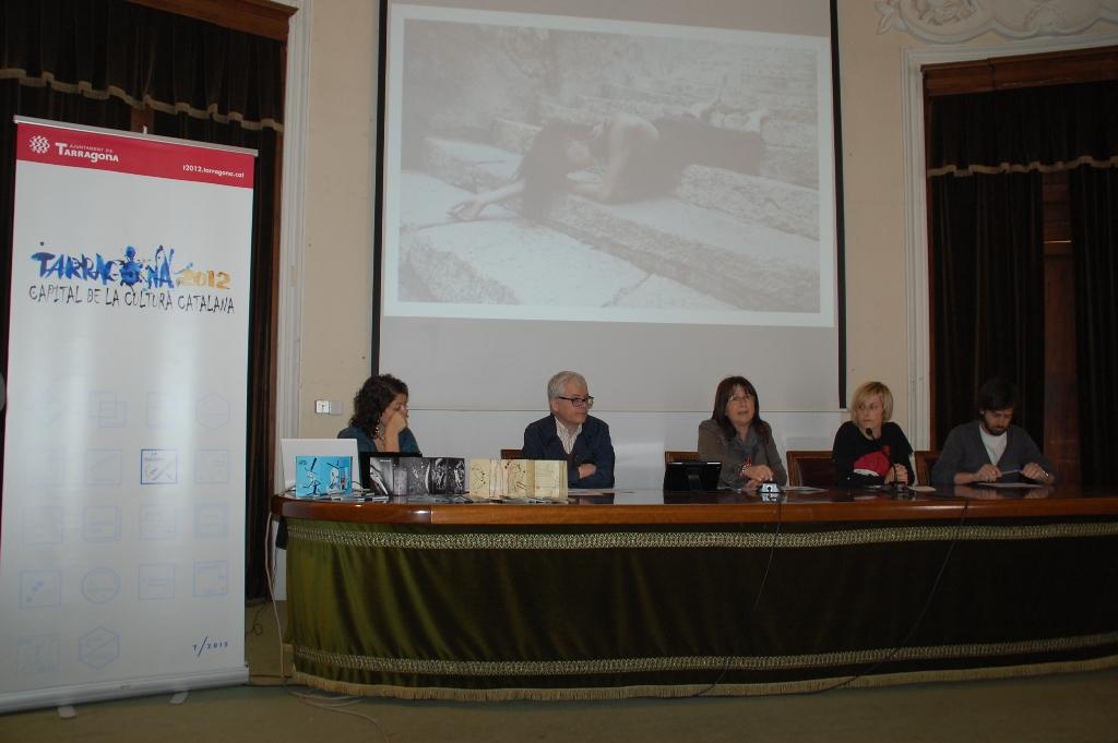 D'esquerra a dreta: Andrea Eidenhammer, del projecte 'Crossing Limits'; Joan Cavallé, tècnic responsible dels Premis Literaris; la tinenta d'alcalde de Cultura, Carme Crespo; Rosa Comes, tècnica responsable de Tarragona 2012; i Pep Serra, de Mènsula Studio.