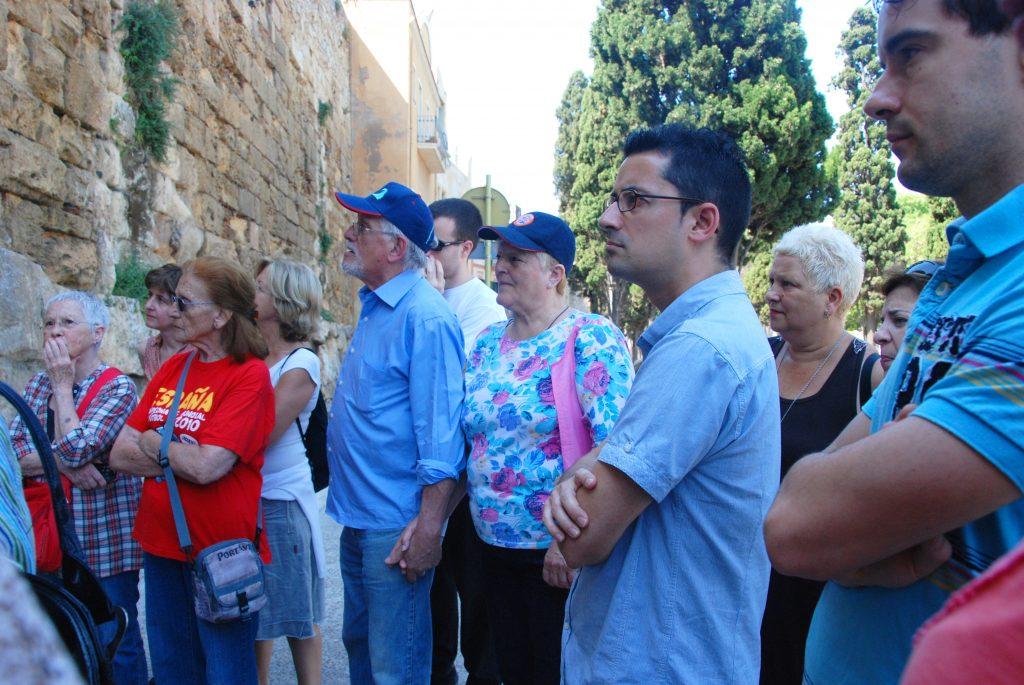 """Els Amics de la Cultura al passeig Arqueològic, en una de les explicacions de la visita """"Llegendes de Tarragona"""""""