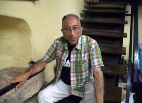 Pere Navarro enregistrant el vídeo En veu alta