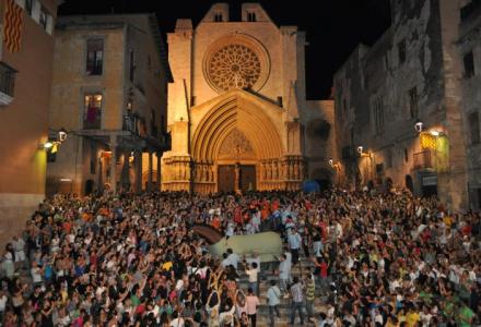 La Baixada del Seguici. La mulassa, baixant les escales de la plaça de les Cols. Foto de Marta Cascon
