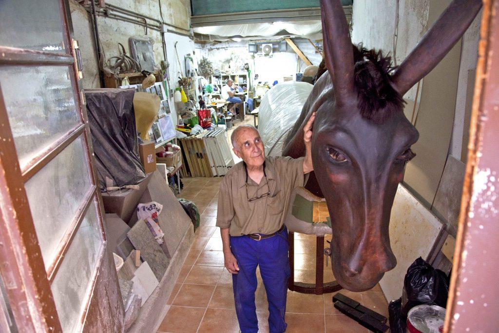 El fuster Joan Salvadó 'Janó', amb una de les seves creacions, la Mulassa