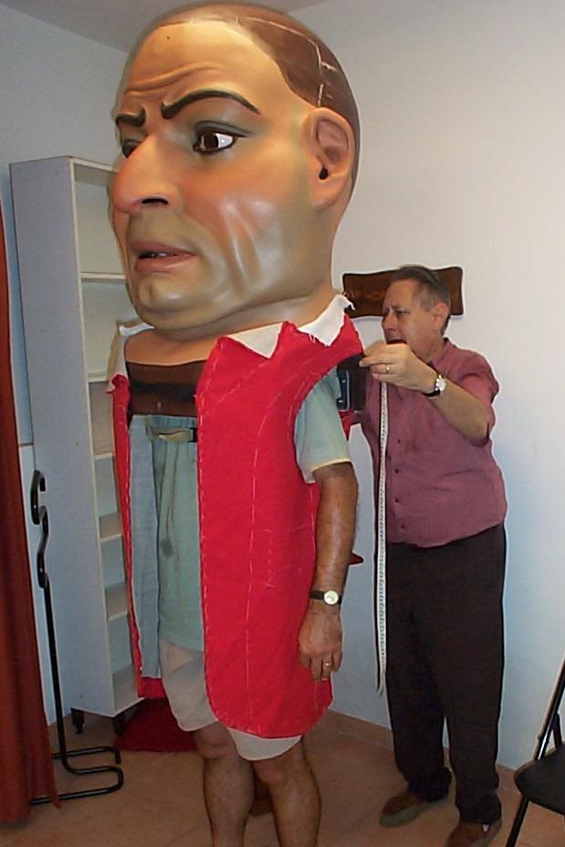 El perpetuador de les Festes, ambròs domingo murtra, vestint un dels Nanos de la ciutat
