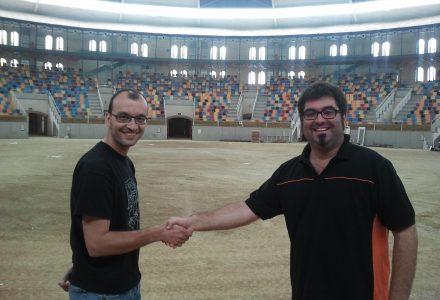 Jordi Andreu (esquerre) i Jordi Crespo es donen la mà en una imatge recent a l'interior de la Tarraco Arena Plaça