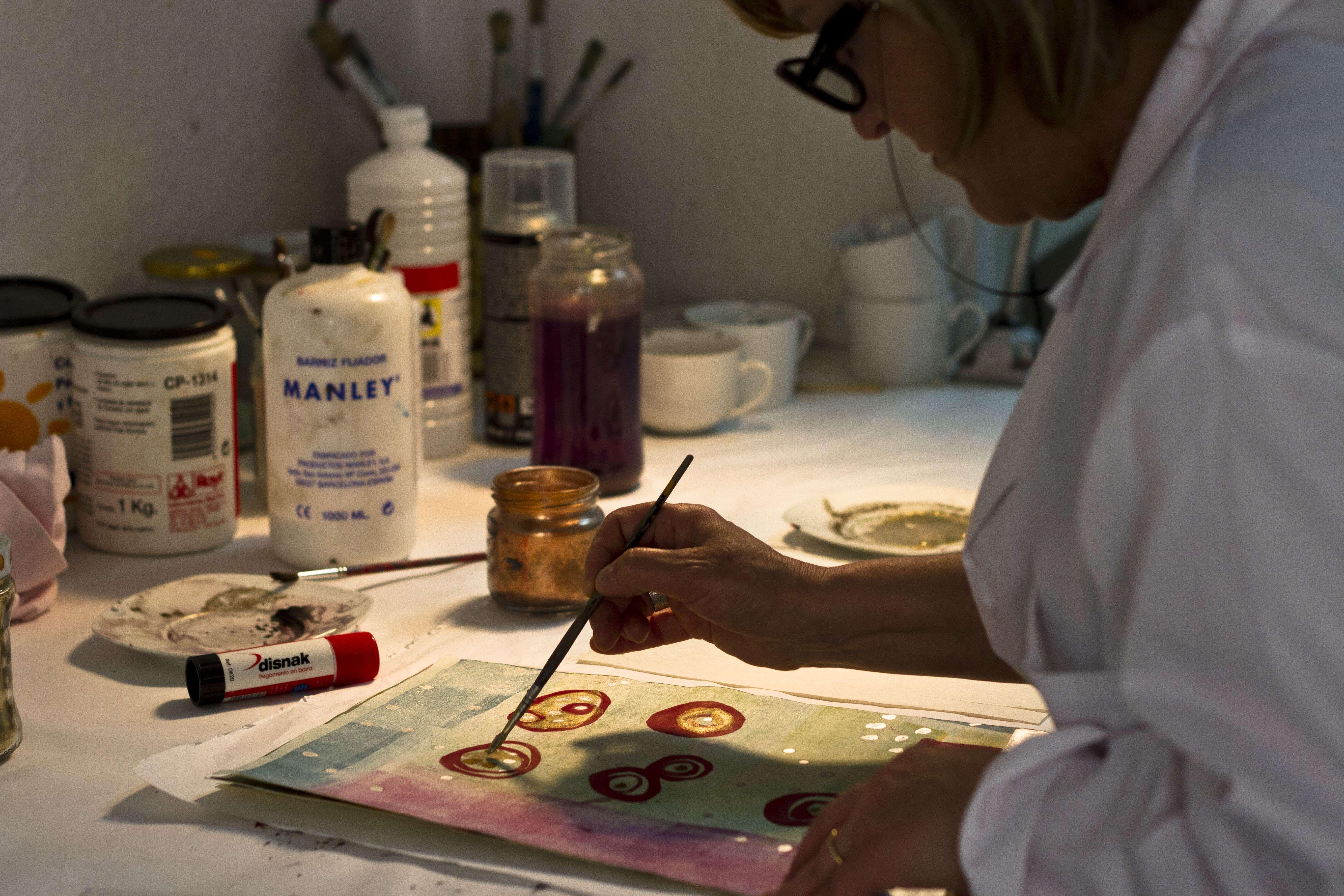 Rosa Ciurana treballant en el seu taller