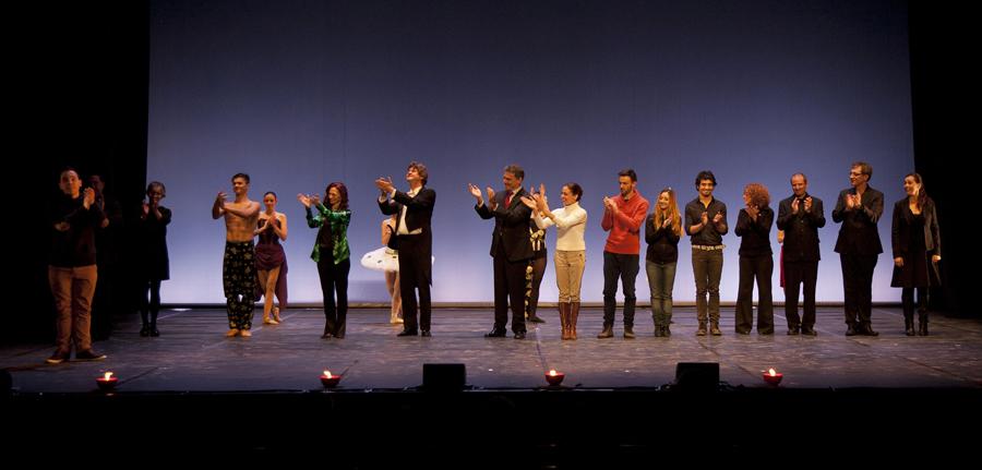 Tots els artistes participants a l'espectacle saluden el públic i feliciten la tasca de Sergi Guasch, director artístic de l'acte. Foto: Montse Riera