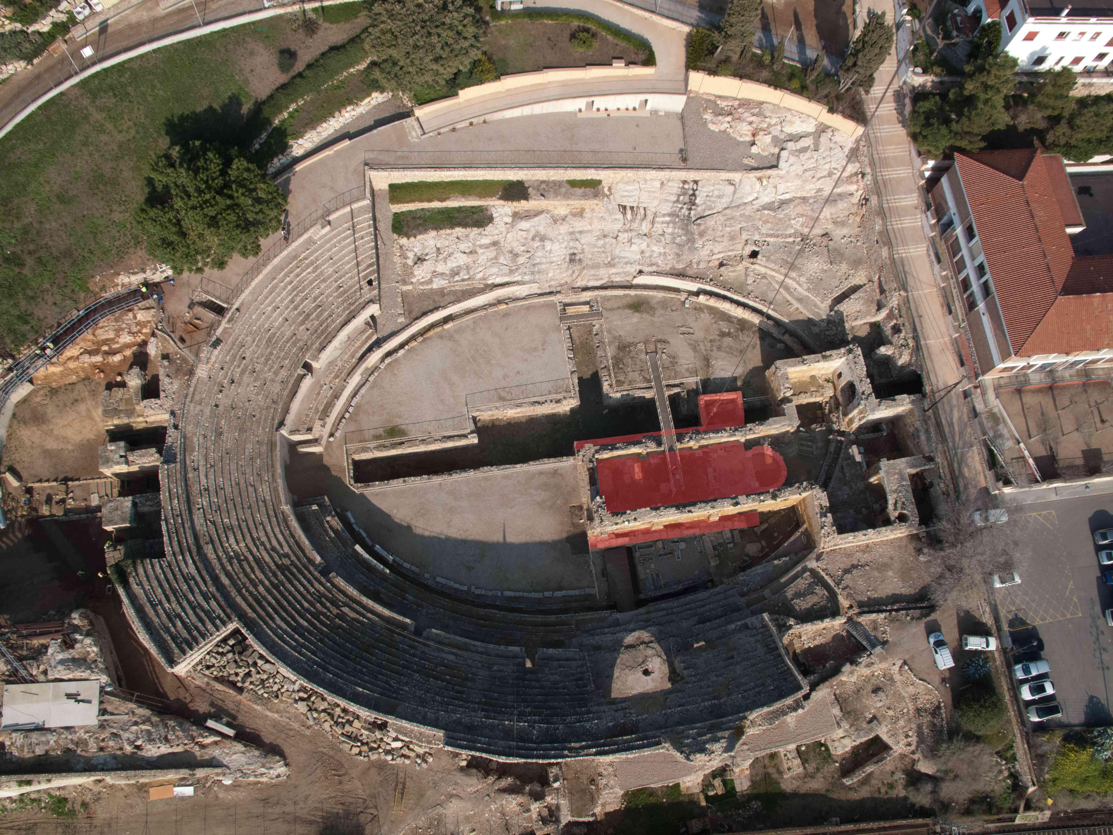 Fotografia aèria de l'amfiteatre que permet veure les retes de l'església que hi havia al seu interior