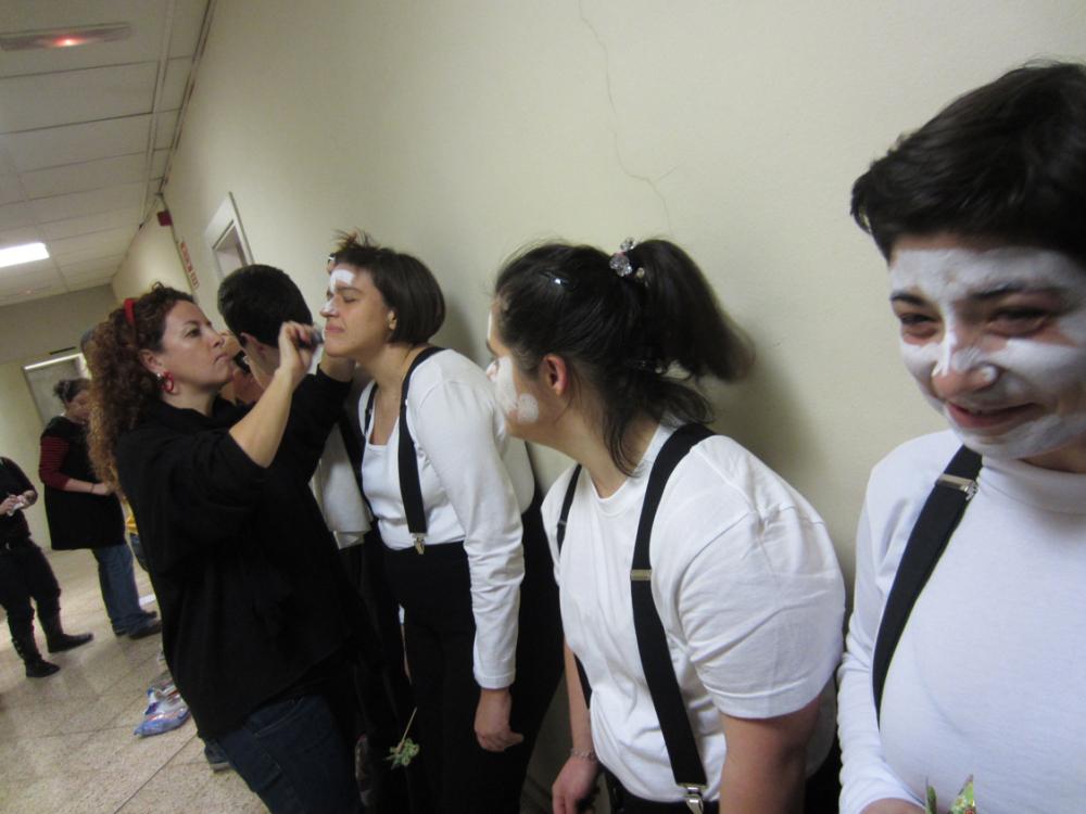 Membres del Club Vaixell maquillant-se abans de fer un número de 3/4 de Circ a l'Auditori Tarragona de la Fundació Catalunya la Pedrera. Foto: Club Vaixell
