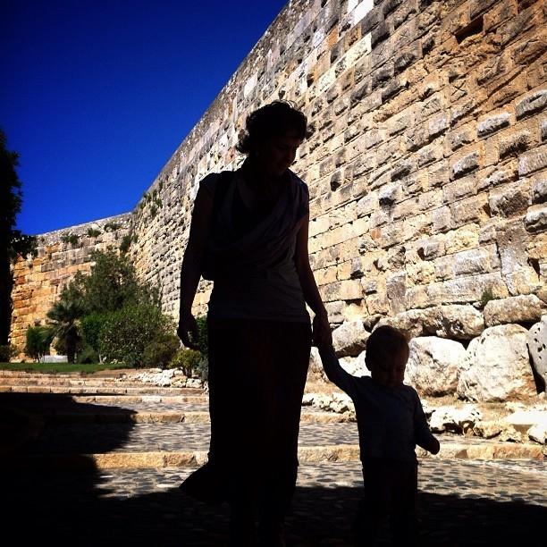 2n premi concurs fotogràfic Mirades de Tarragona sobre Tarraco Viva 2013 - Albert Villena - Ciutadana i ciutadanet romans, passejant per la muralla