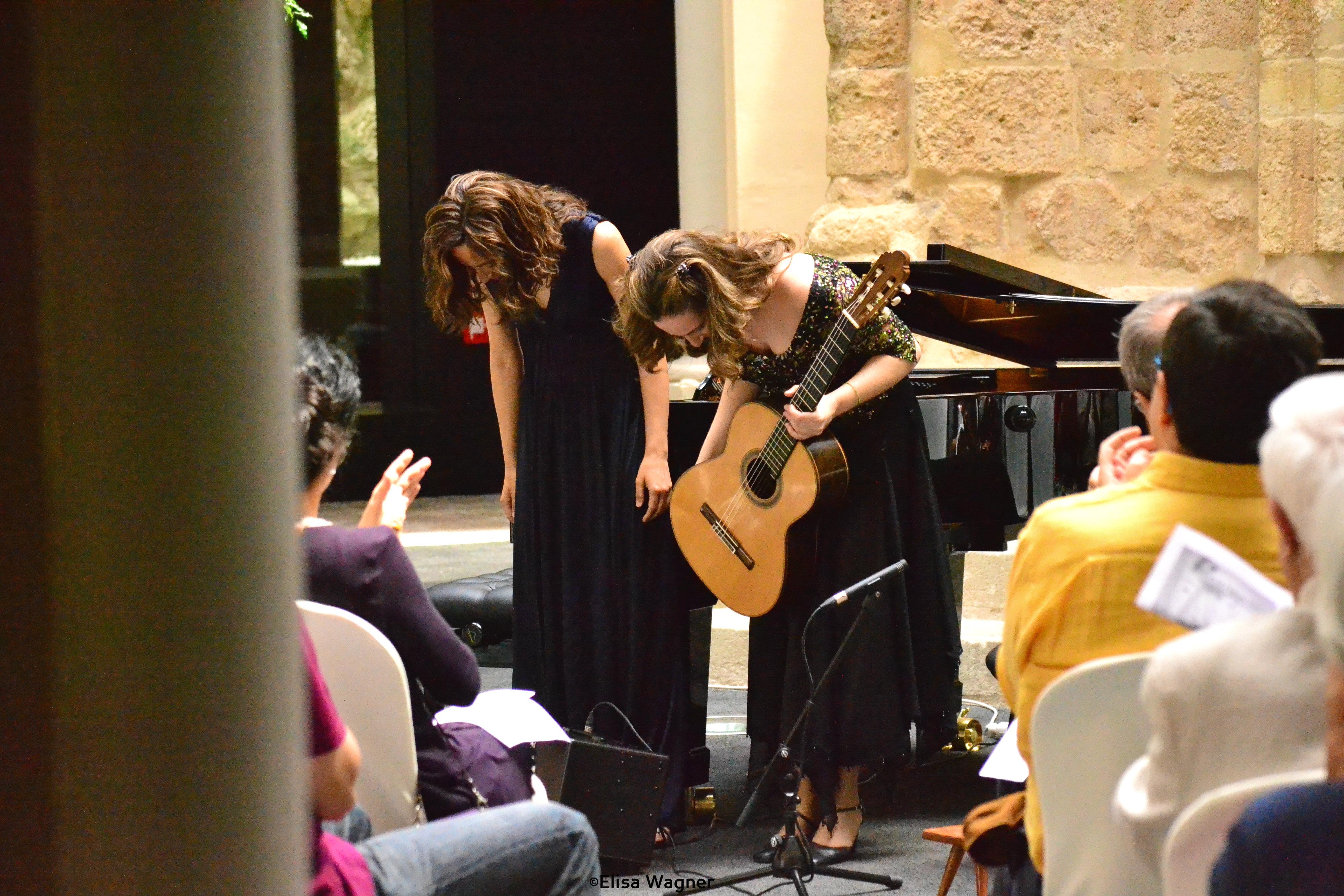 Actuació de Carmen Becerra i María Parra al Claustre del Seminari. Foto Bouquet Festival