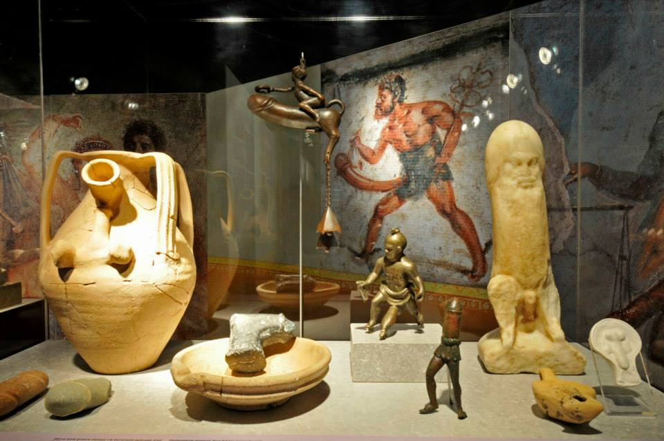 Diferents objectes que formen part de l'exposició El sexe a l'època dels romans. Foto MNAT