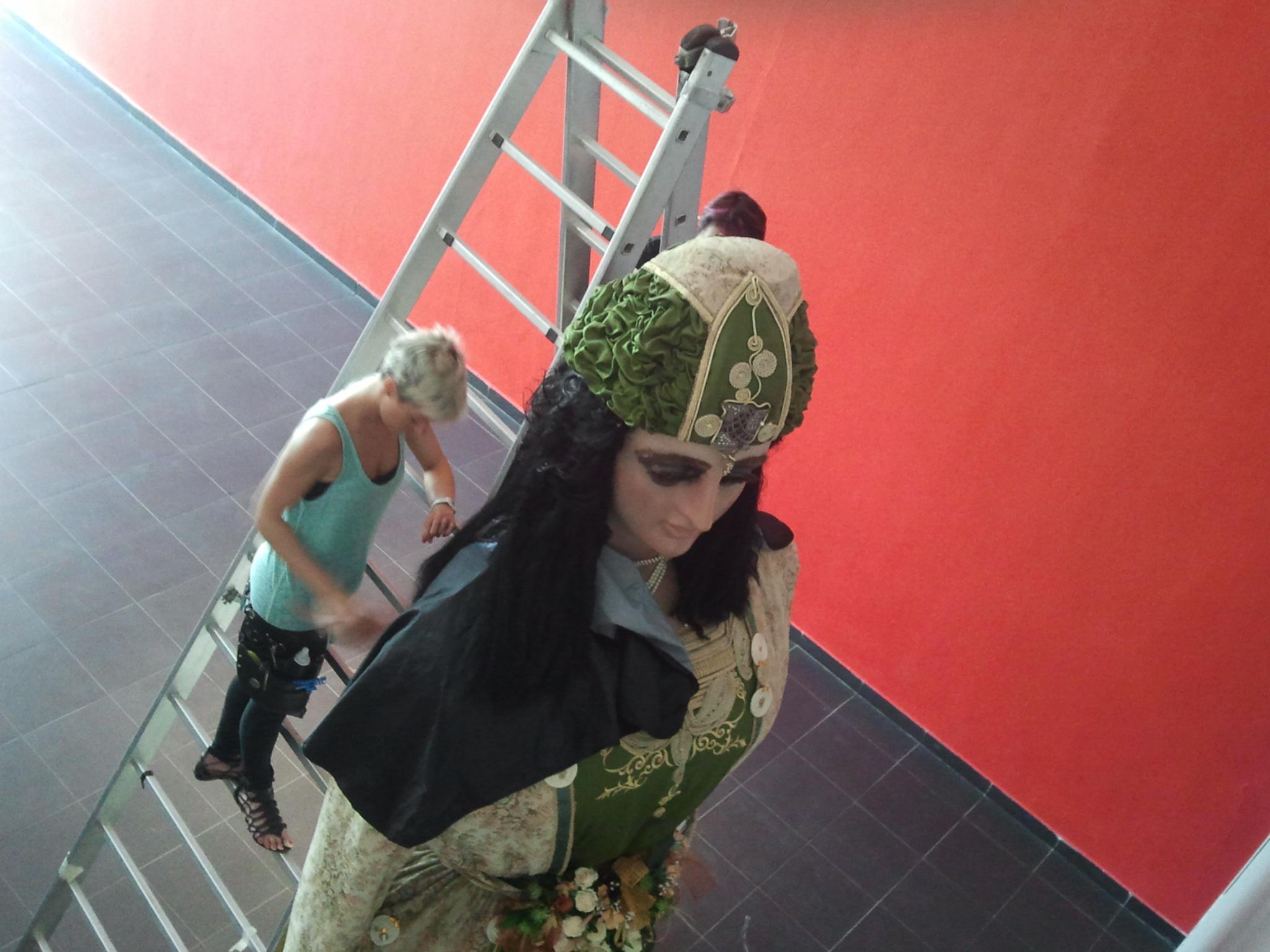 La perruquera Jordina Cusidó pentinant la Geganta de la ciutat a la Casa de la Festa