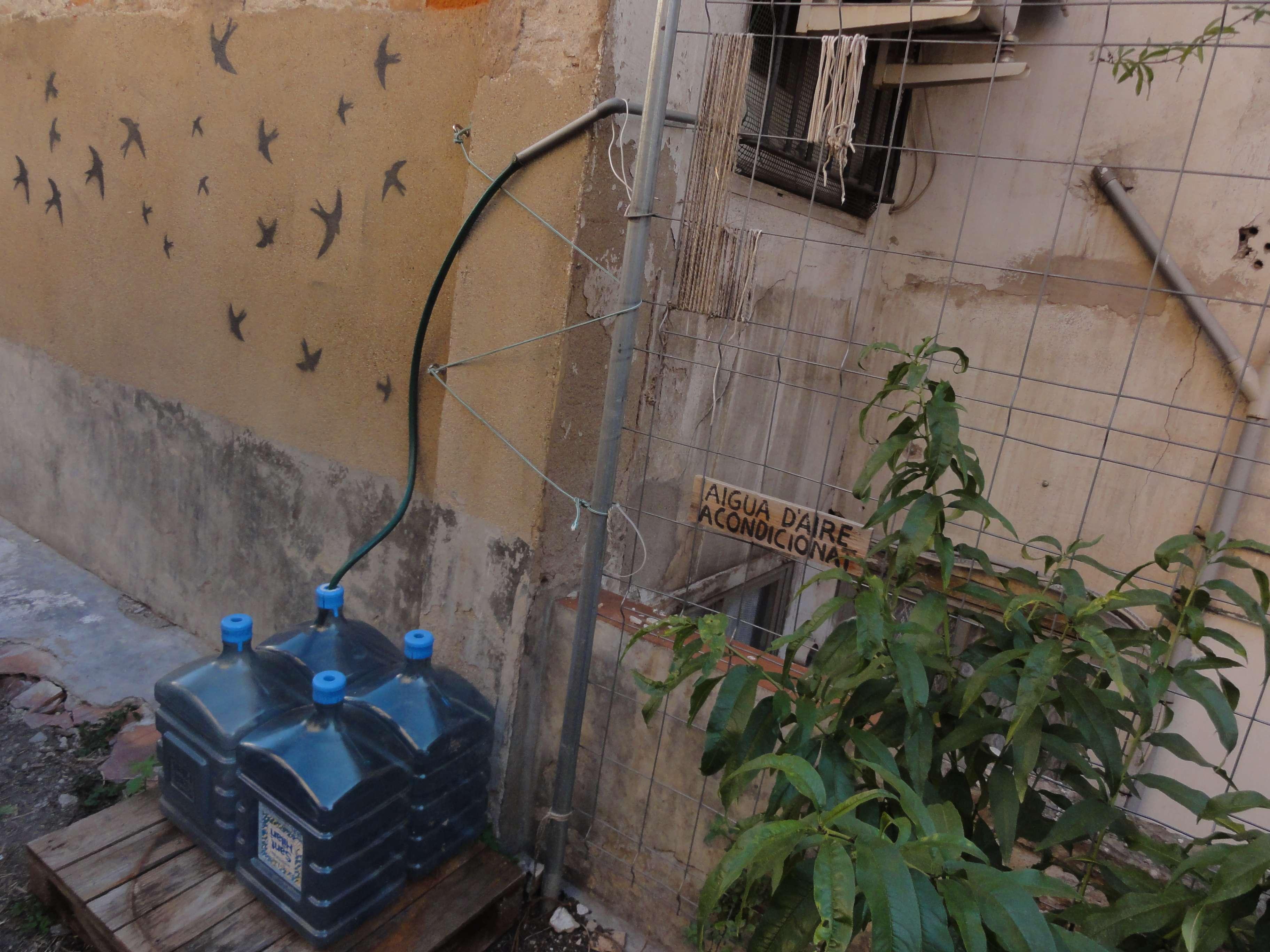 Per regar s'aprofita l'aigua dels aparells d'aire acondicionat dels habitatges del voltant