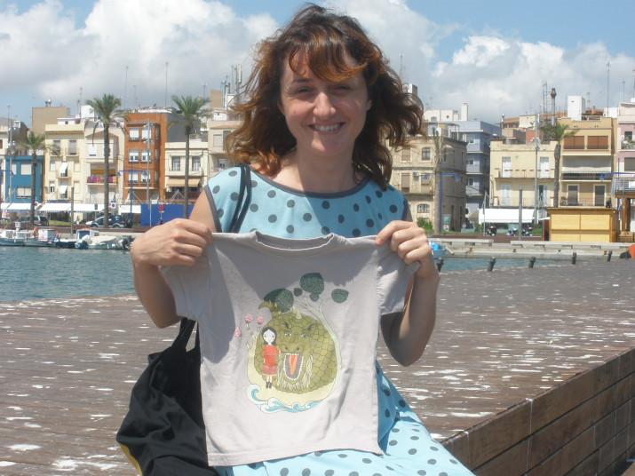 Renata Srpcanska al Serrallo, amb una de les dues samarretes del bestiari que ha dissenyat enguany. Foto: Fet a Tarragona