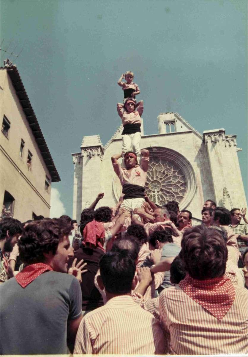 Pilar de quatre caminant dels Xiquets de Tarragona el dia de la Mercè de 1976. Foto: Chinchilla