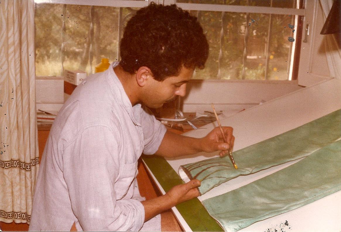 Toni Torrell pintant els vestits del Ball de Diables de Tarragona el 20 de juny de 1984. Foto cedida pel Ball de Diables de Tarragona