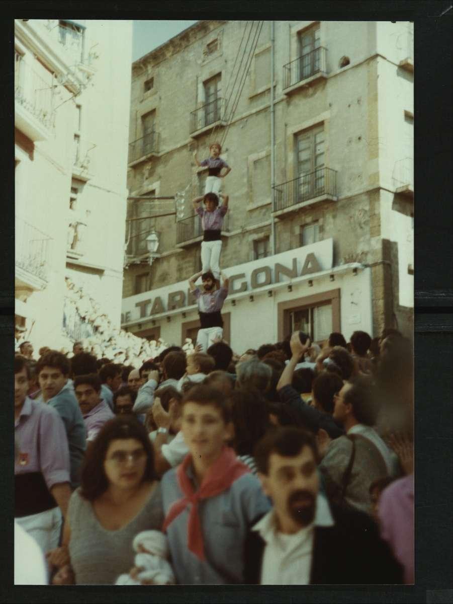 La Colla Xiquets de Tarragona baixant el pilar de 4 caminant el dia de la Mercè de 1984. Foto: Enfoc