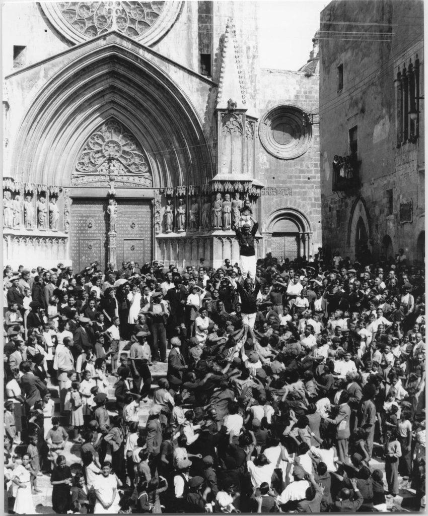 Xiquets de Tarragona baixant el pilar de quatre caminant el dia de la Mercè de 1939. Foto: Vallvé