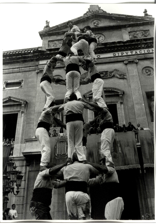 Diada de Santa Tecla, 23 de setembre de 1973, actuació de la Colla dels Xiquets de Tarragona a la plaça de la Font davant l'Ajuntament. Foto: Chinchilla