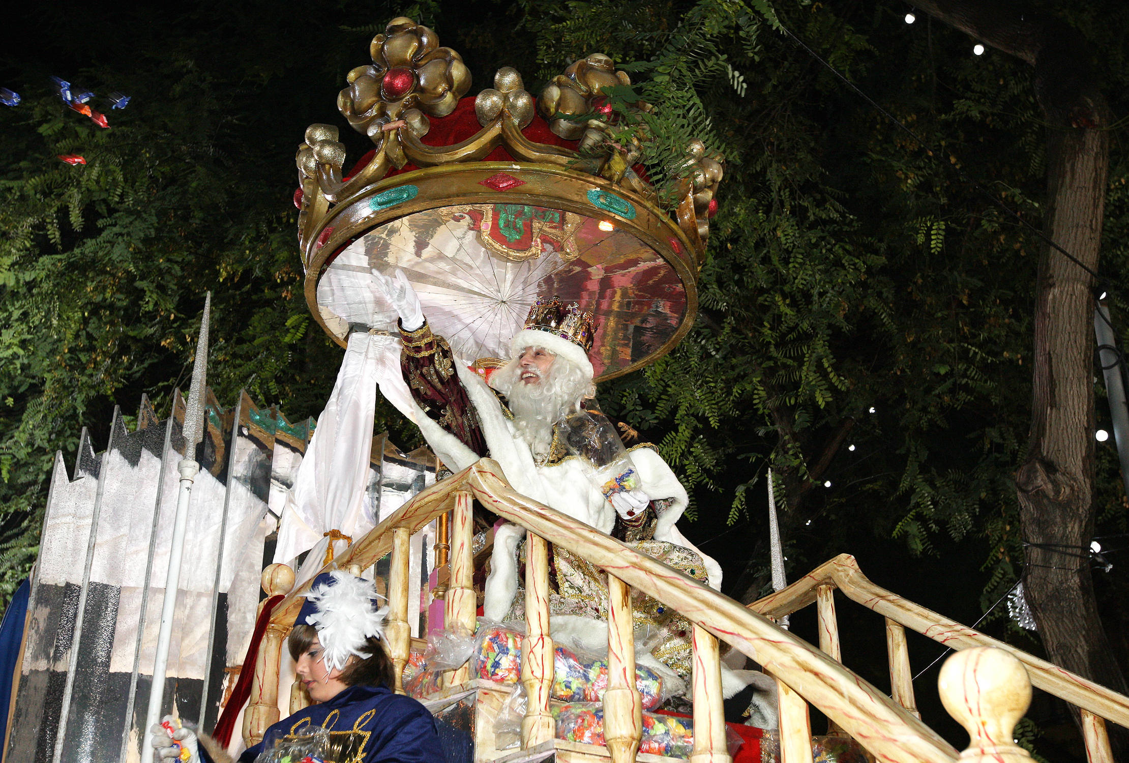 El rei Melcior saludant al pas de la cavalcada per la Rambla Nova. Foto Olívia Molet