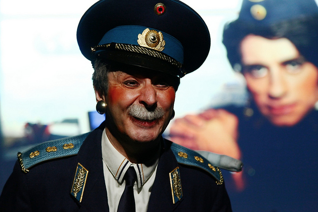 Oriol Grau en una escena de Bildelberg Club Cabaret
