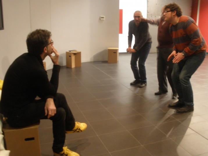 El director, Ferran Vidilla, observa l'assaig que fan Jordi Gómez, Josep M. Tuset i Jordi Salvadó a la Casa de la Festa. Foto: Ricard Lahoz