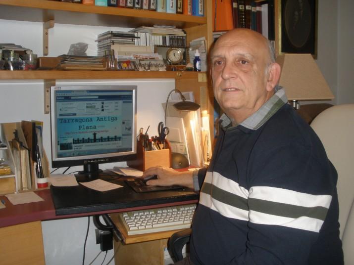 Rafael Vidal amb el seu ordinador, des d'on manté activa cada dia la pàgina de Facebook, Tarragona antiga