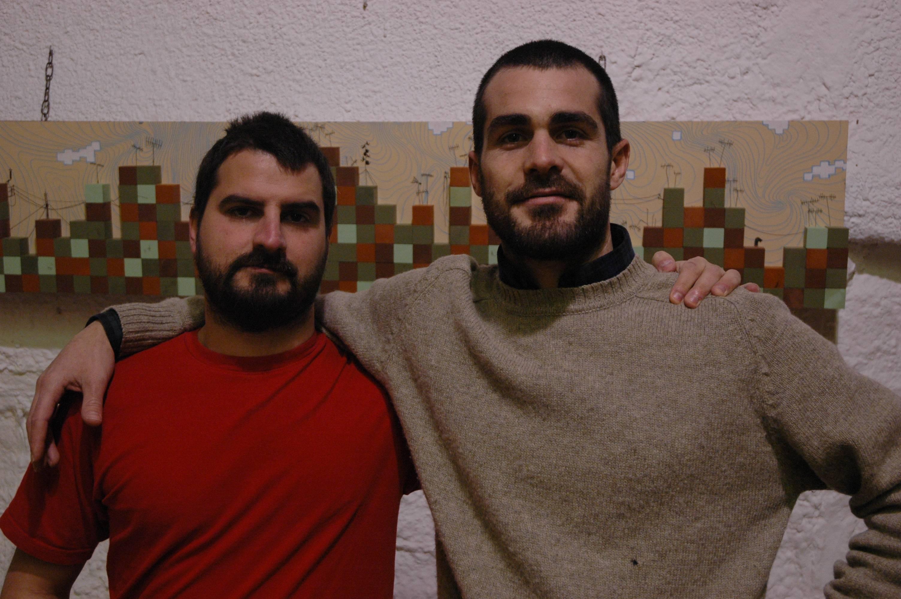 En Dídac Francisco (esquerre) i Pau López davant d'una de les seves obres