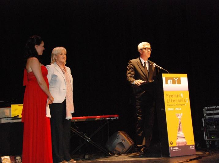 Acte de lliurament dels Premis Literaris Ciutat de Tarragona 2013 amb l'alcalde, Josep Fèlix Ballesteros i la president d'Òmnium Cultural, Rosa Mª Codines. Foto Teresa León
