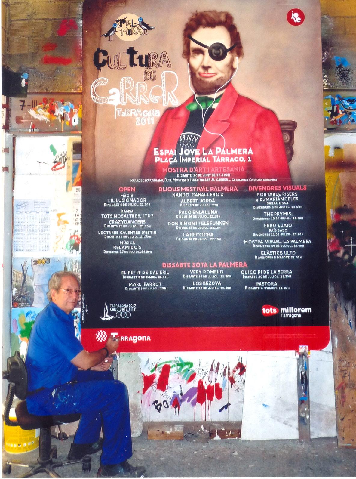 Alejandro Ayxendri pintant un cartell