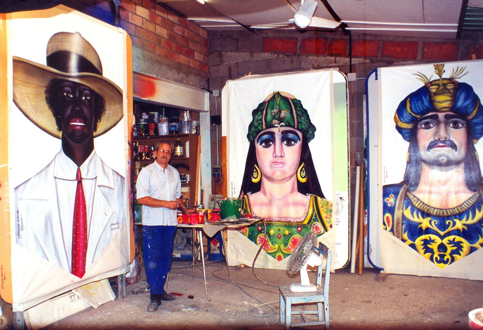 Alejandro Ayxendri pintant les banderoles festives del carrer Portalet