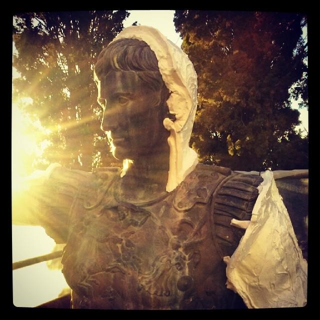 L'estàtua d'August amb els motlles per fer-ne la reproducció