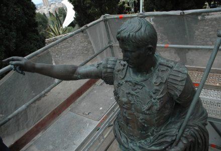 L'estàtua d'August a les muralles de Tarragona rodejada per una bastida