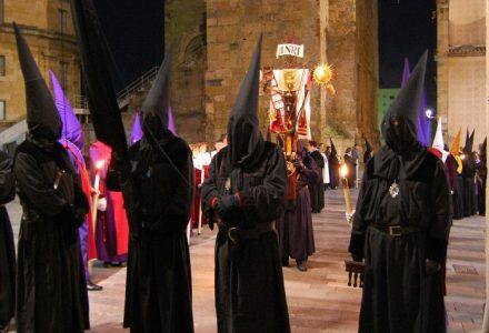 Penitents amb la Creu dels Improperis, a la Setmana Santa tarragonina. Foto Carme Ribes