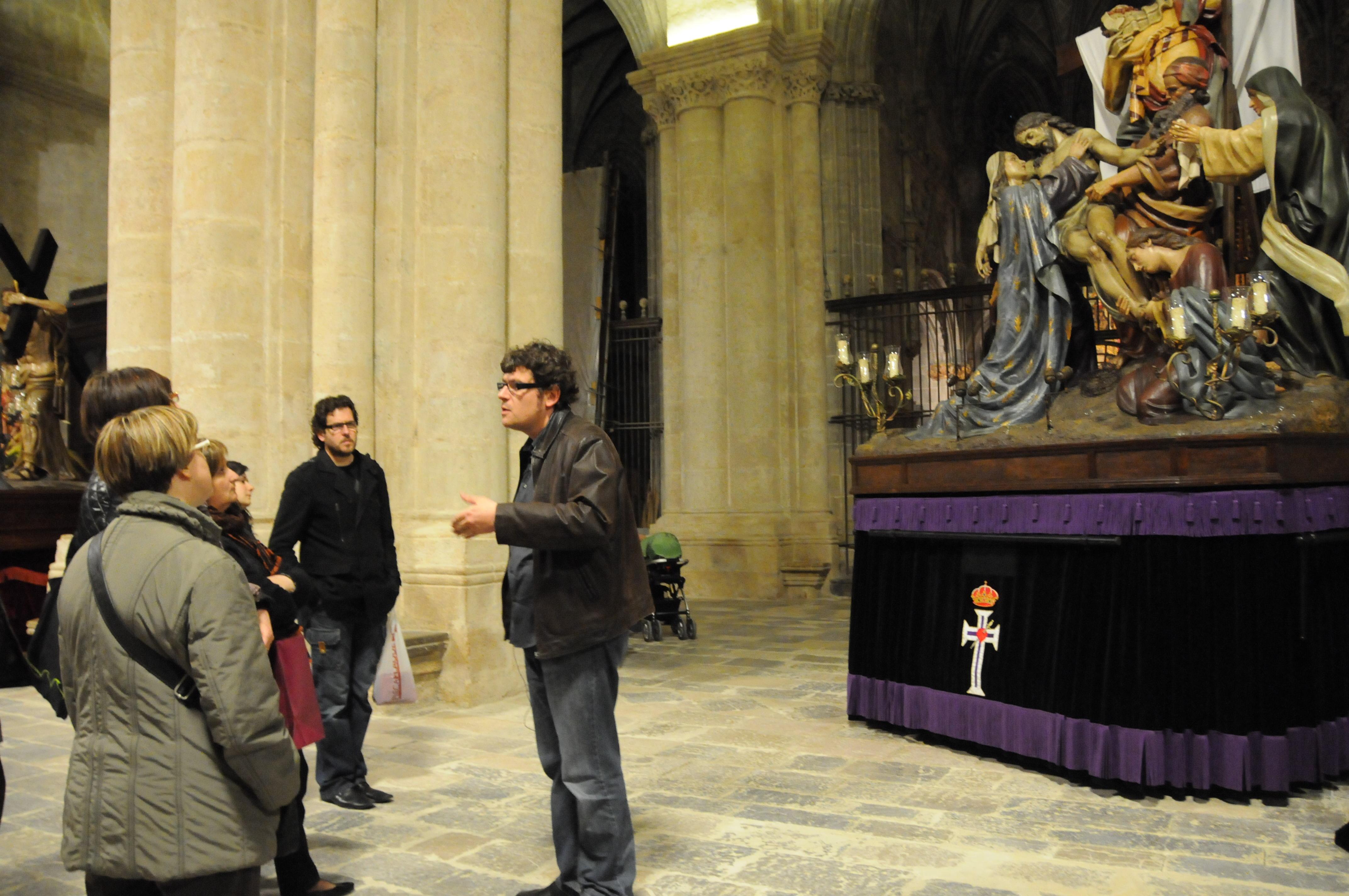 Visita comentada als passos que l'any 2013 es guardaven a la Catedral. Foto Auriga Serveis Culturals