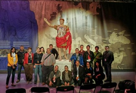 Integrants del col·lectiu Cafès de Patrimoni davant la rèplica de l'estàtua d'August de Prima Porta