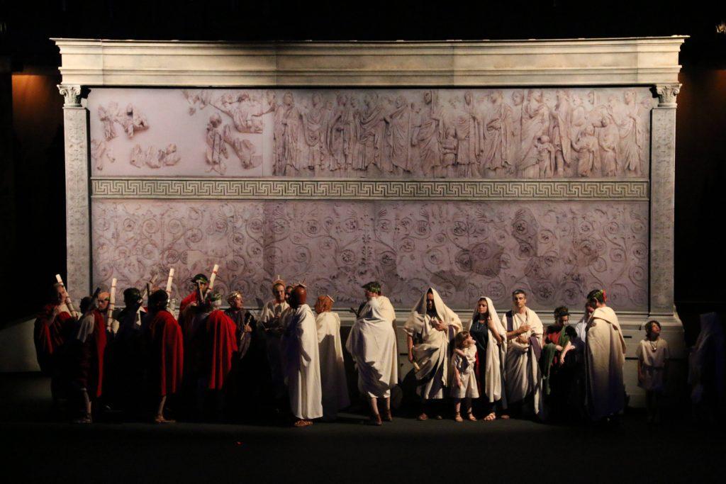 La família d'August davant la recreació de l'Ara Pacis. Fotografia Tarragona Cultura