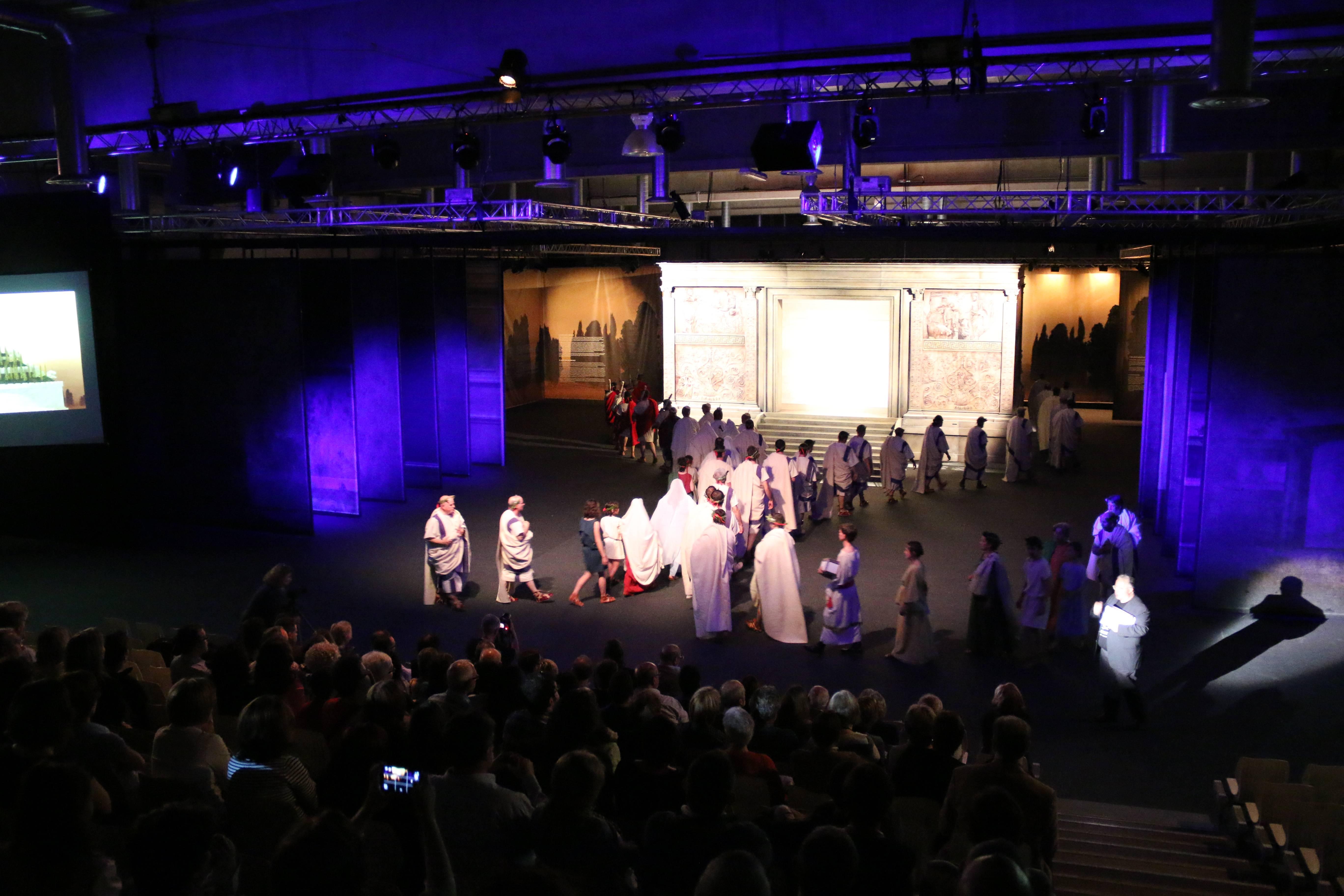 Prop de 80 personatges apareixen en l'espectacle 'August. El poder de la màscara'. Fotografia Tarragona Cultura