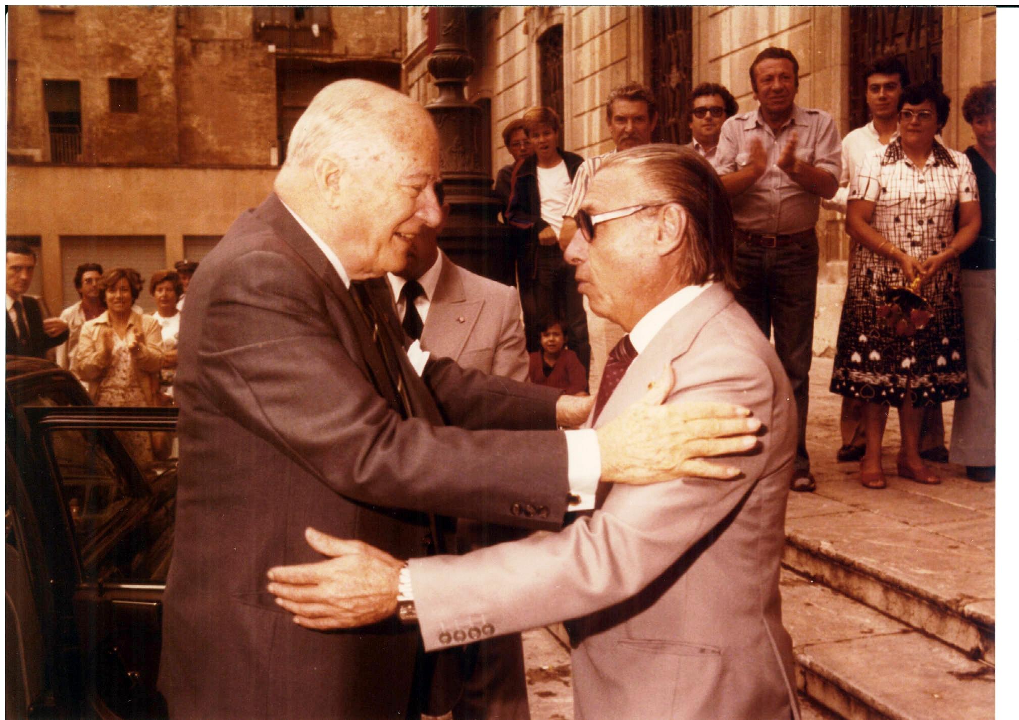 Recasens rebent el president Tarradellas el dia de Santa Tecla de 1979. Autor desconegut. Centre d'Imatges de Tarragona / L'Arxiu