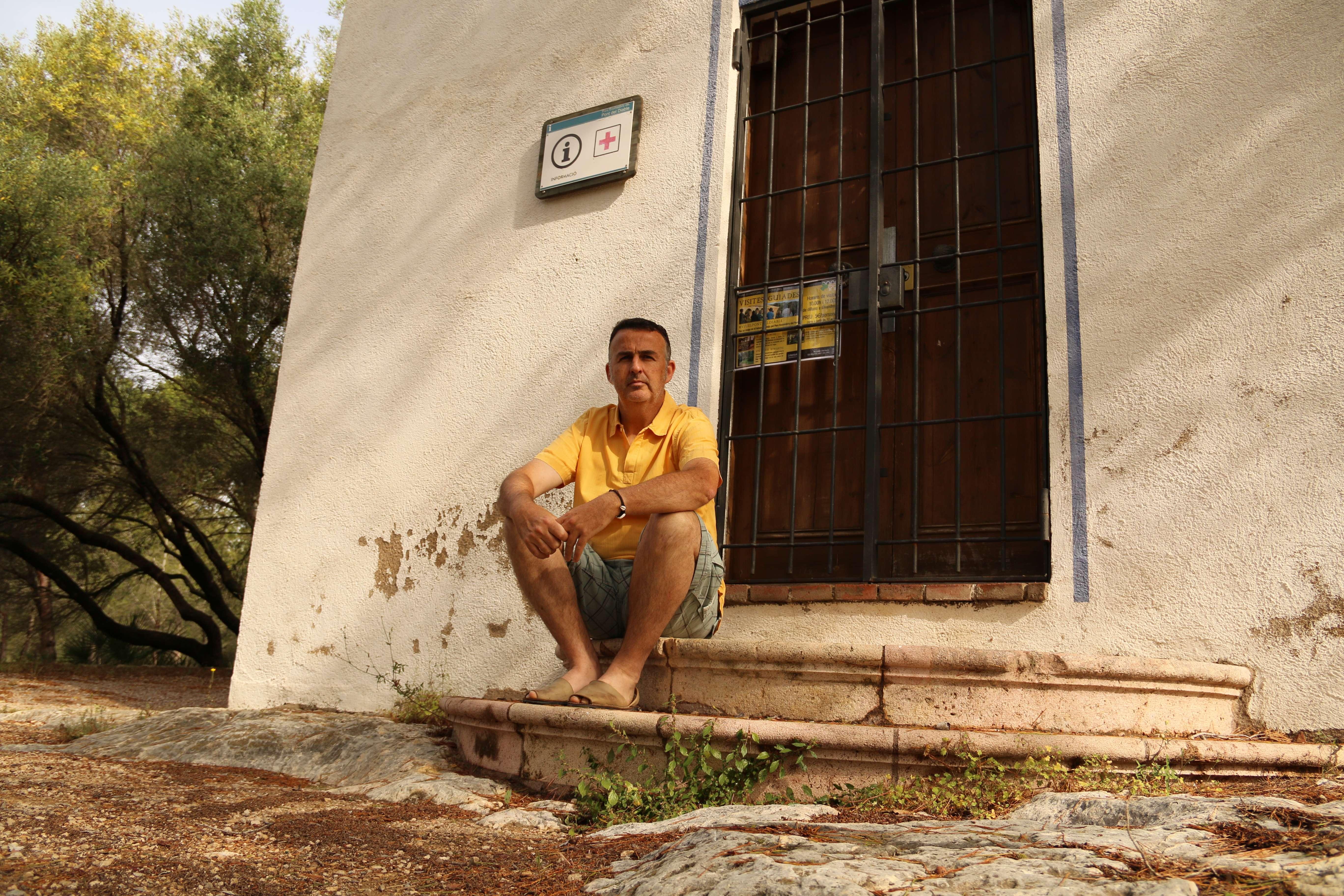 Eduardo Soler, de l'empresa Limonium, davant de la Caseta del Guarda del Pont del Diable