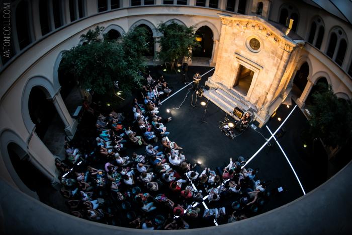 Rutes amb Xavier Pié i Miguel Alberto Cruz al claustre del Seminari. Fotografia Antoni Coll