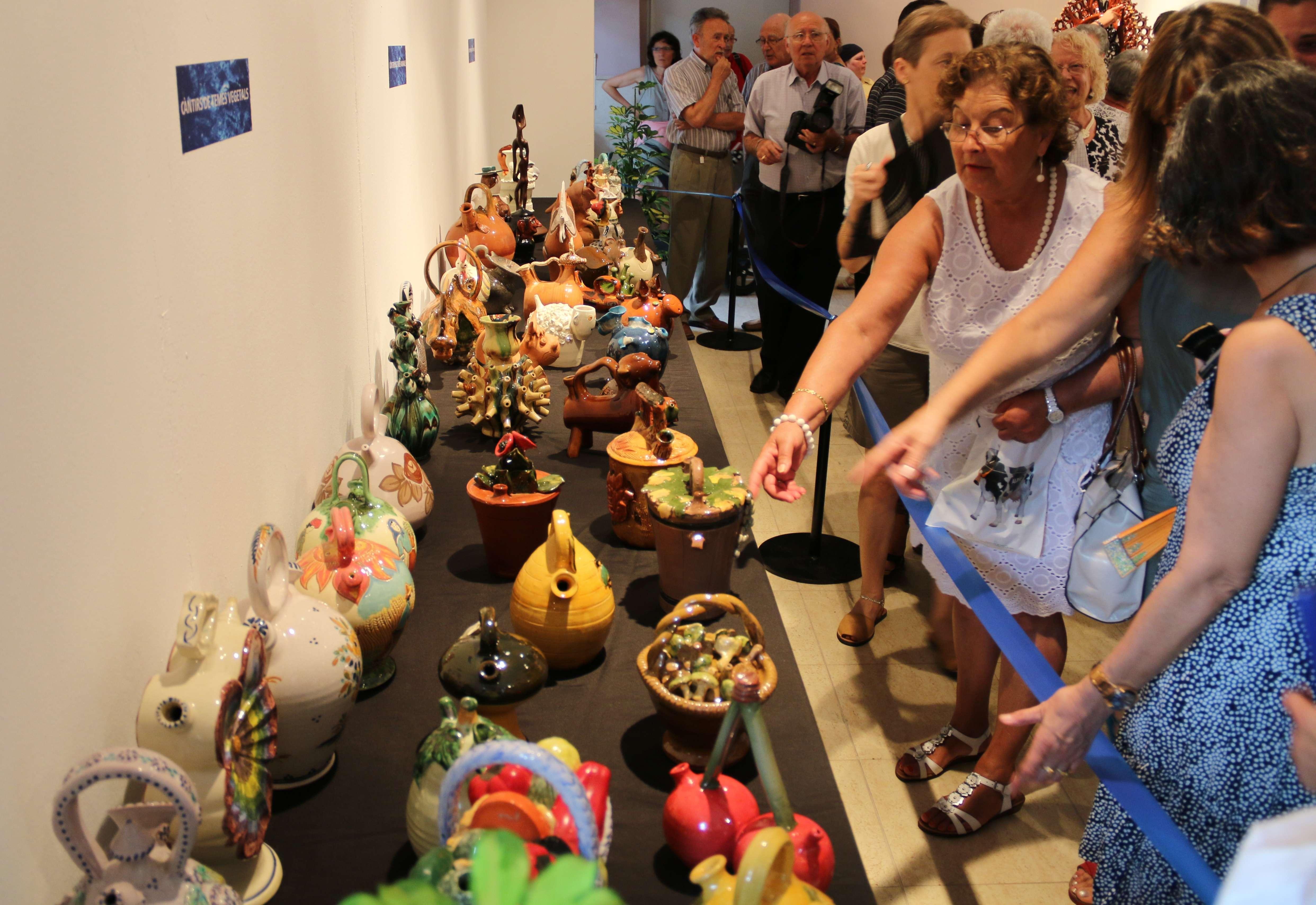 """L'exposició """"Aqua Sacra"""" aplega prop de 200 càntirs d'arreu del món"""