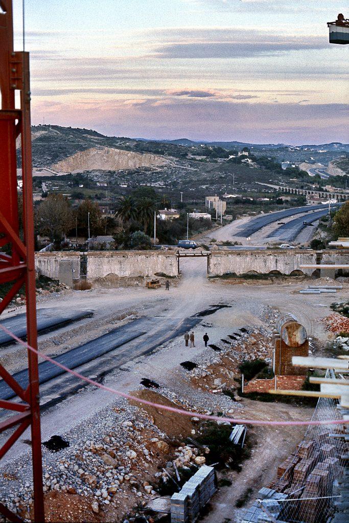 Fotografia feta el 04-12-1976. Viaducte de la Oliva desde els edificis del carrer de Frai Antoni Cardona i Grau.
