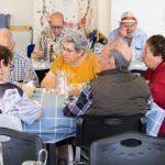 Un pla pilot perquè les persones grans que viuen soles mengin en companyia serveix 685 àpats en 3 mesos