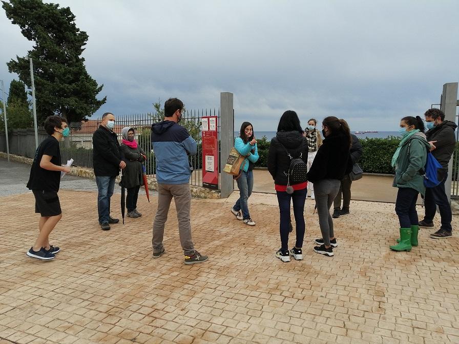 Reunió informativa dels membres de Nemesis a les portes de l'Amfiteatre, on faran les visites guiades.