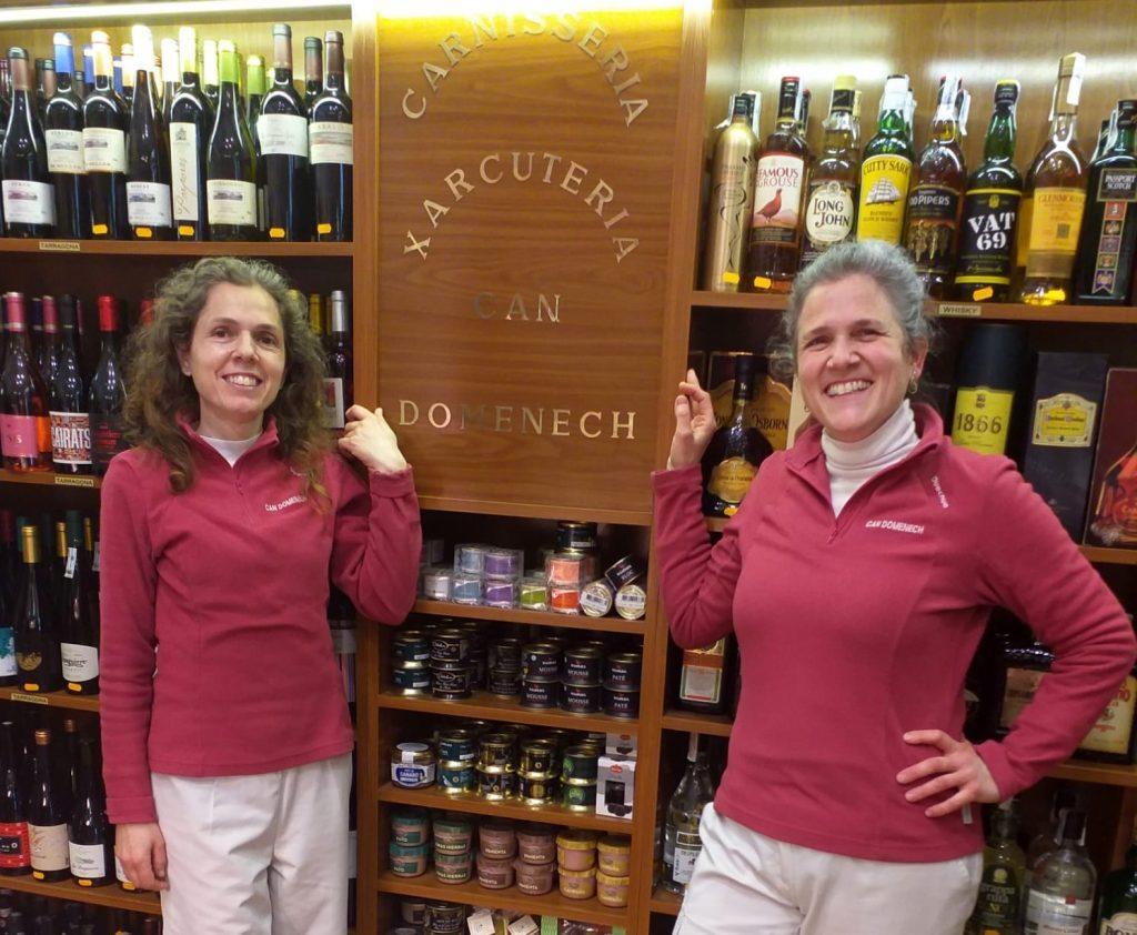 Sara i Trini Domènech dins de la botiga